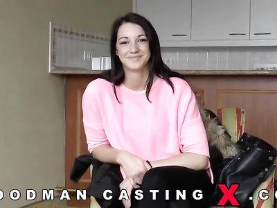 Женщин шпилит девку на кастинге порно